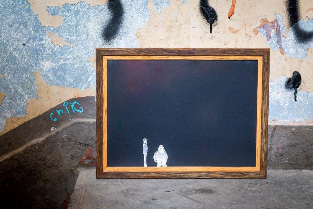 Holzbilderrahmen vor Graffitiwand