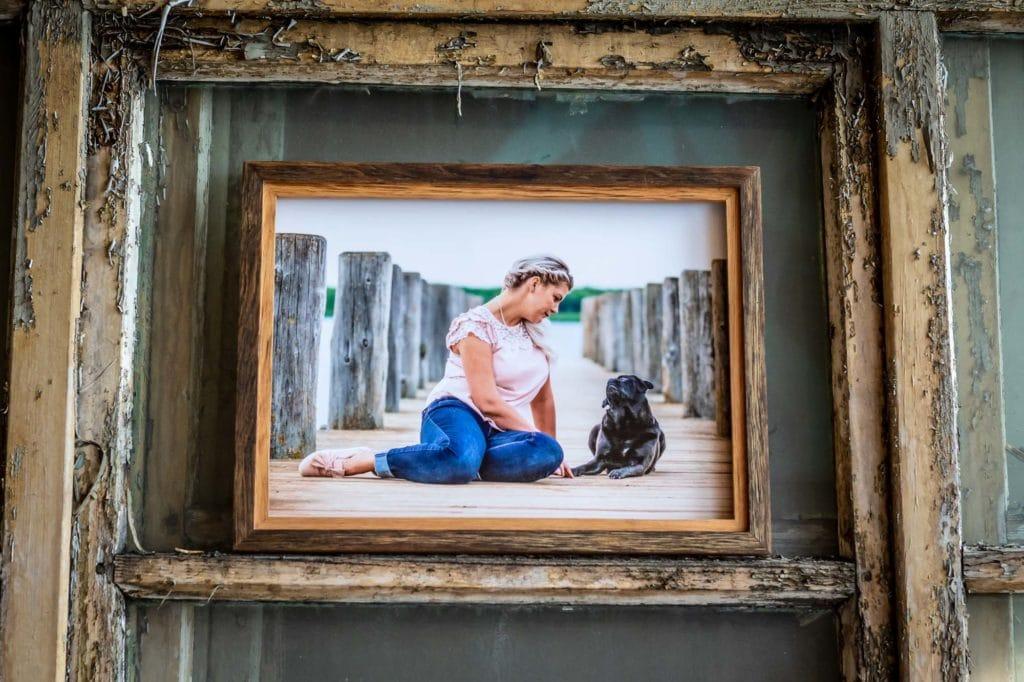 Holzrahmen mit Frau mit Hund