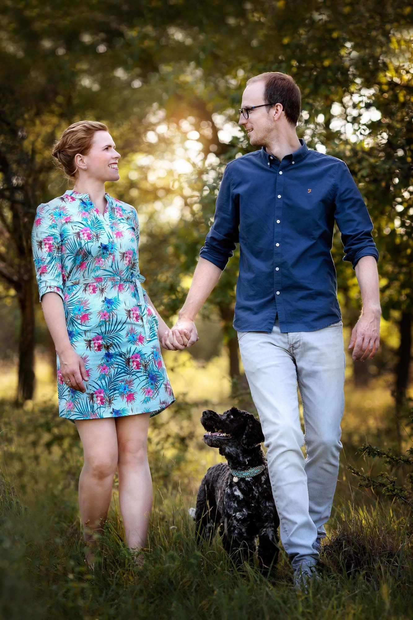 Frau und Mann laufend mit Hund